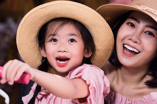 Những khoảnh khắc ấm áp tình mẫu tử của Mai Phương và con gái 7 tuổi-8