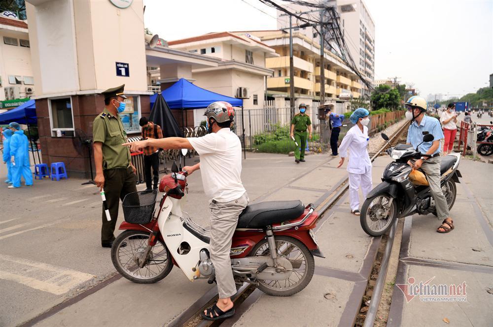 Bị từ chối tiếp tế, cố đưa đồ qua khe cổng bệnh viện Bạch Mai-1