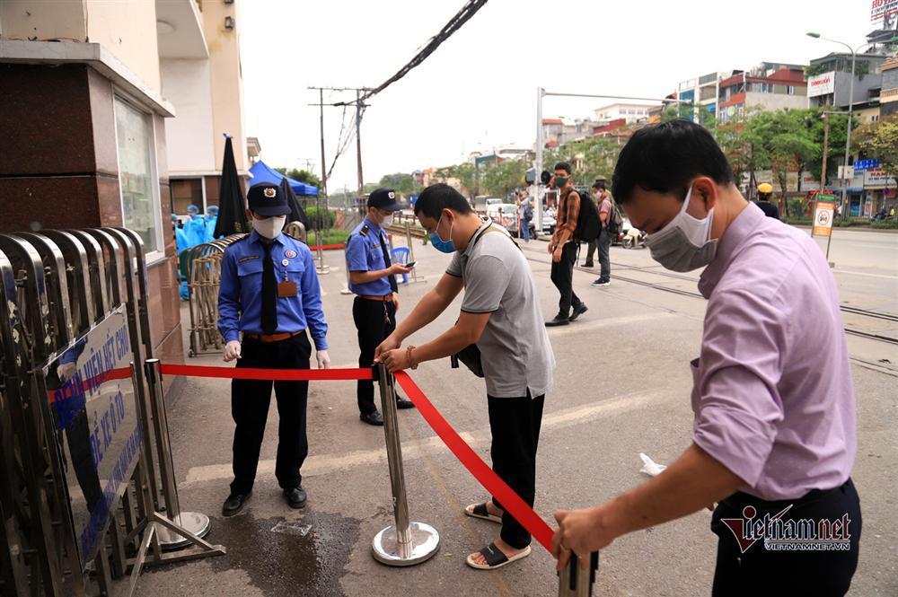 Bị từ chối tiếp tế, cố đưa đồ qua khe cổng bệnh viện Bạch Mai-2