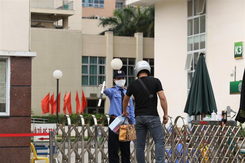 Bị từ chối tiếp tế, cố đưa đồ qua khe cổng bệnh viện Bạch Mai-10