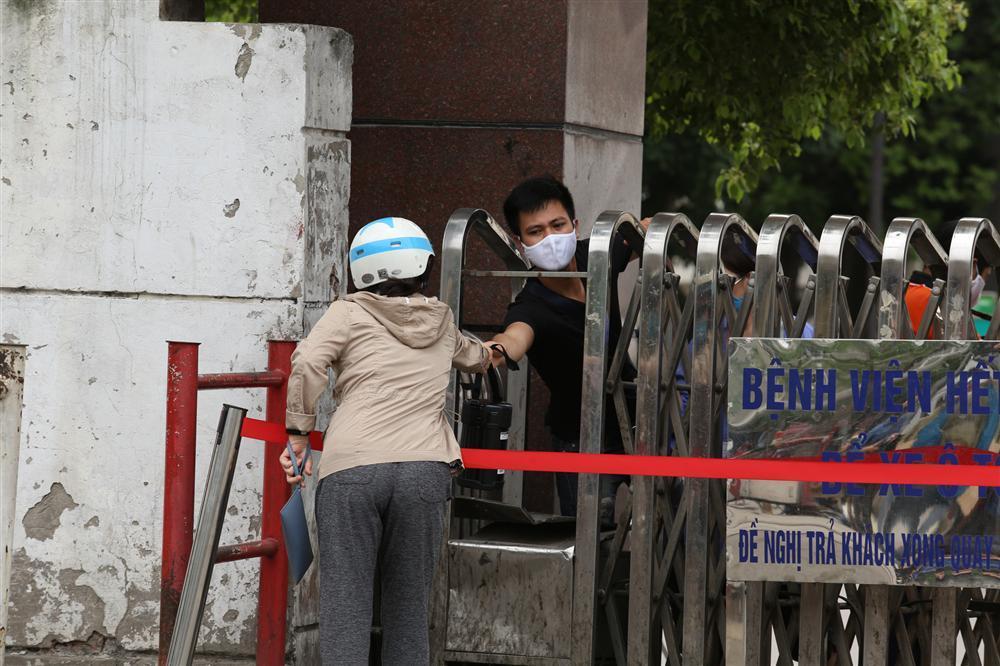 Bị từ chối tiếp tế, cố đưa đồ qua khe cổng bệnh viện Bạch Mai-11