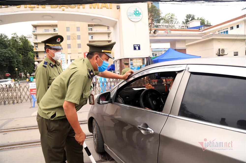 Bị từ chối tiếp tế, cố đưa đồ qua khe cổng bệnh viện Bạch Mai-13
