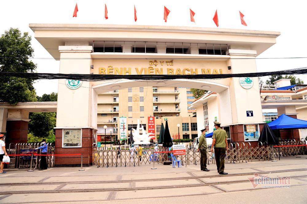Bị từ chối tiếp tế, cố đưa đồ qua khe cổng bệnh viện Bạch Mai-14