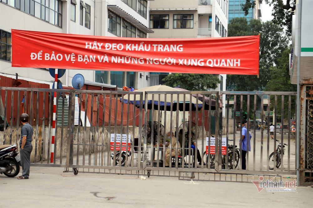 Bị từ chối tiếp tế, cố đưa đồ qua khe cổng bệnh viện Bạch Mai-15