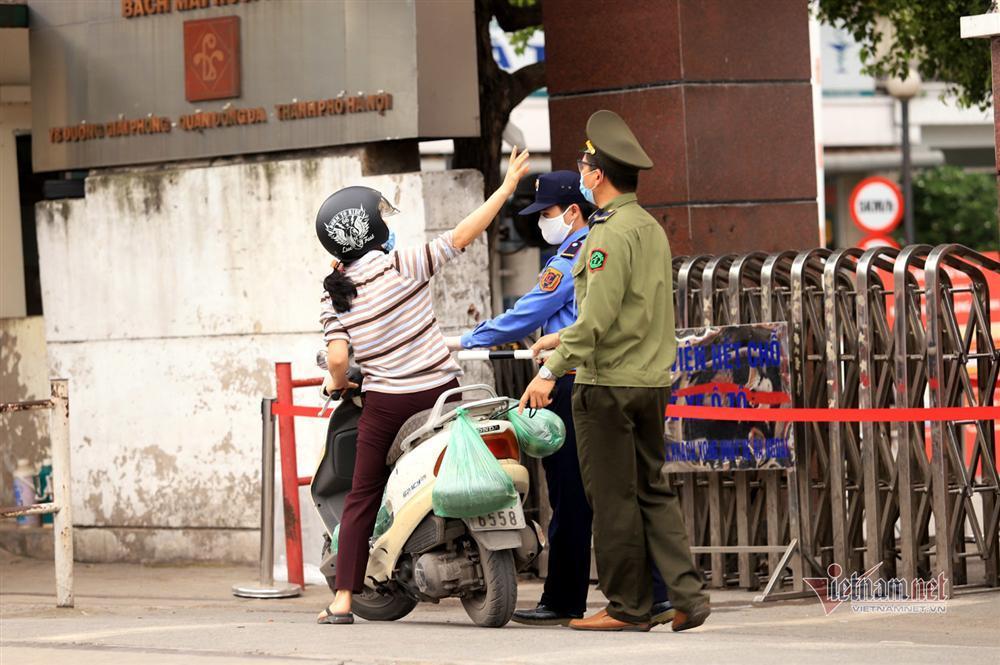 Bị từ chối tiếp tế, cố đưa đồ qua khe cổng bệnh viện Bạch Mai-3