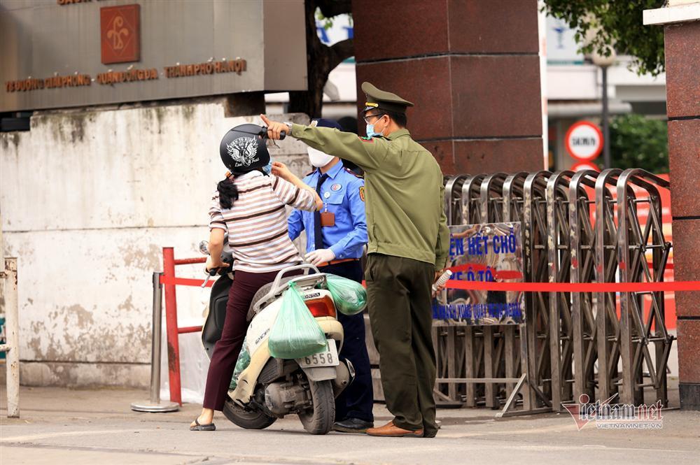 Bị từ chối tiếp tế, cố đưa đồ qua khe cổng bệnh viện Bạch Mai-4