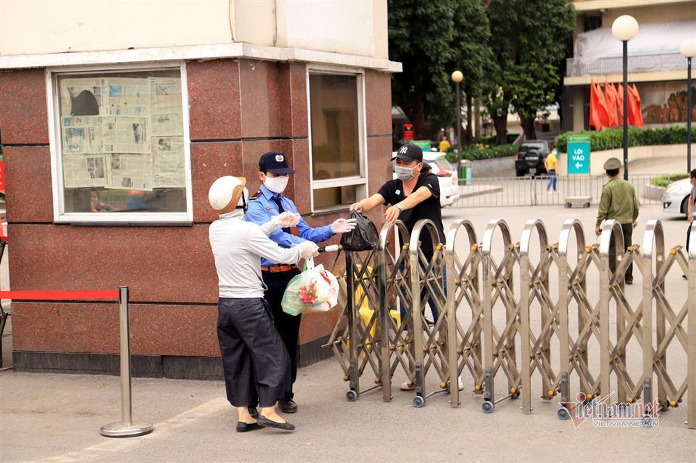 Bị từ chối tiếp tế, cố đưa đồ qua khe cổng bệnh viện Bạch Mai-5