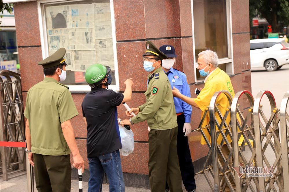 Bị từ chối tiếp tế, cố đưa đồ qua khe cổng bệnh viện Bạch Mai-6