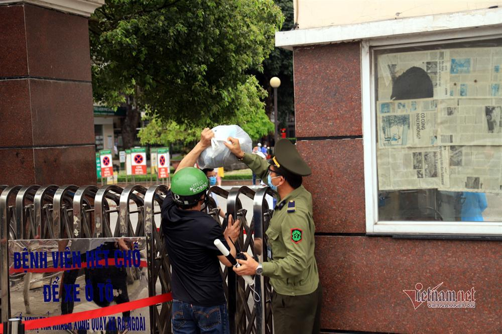 Bị từ chối tiếp tế, cố đưa đồ qua khe cổng bệnh viện Bạch Mai-7