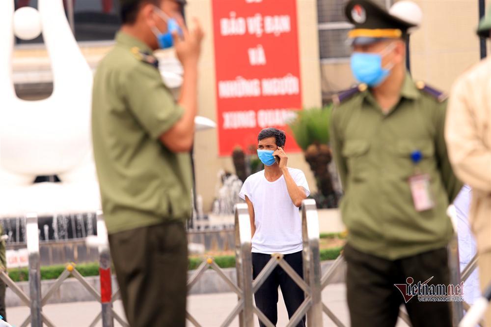 Bị từ chối tiếp tế, cố đưa đồ qua khe cổng bệnh viện Bạch Mai-8
