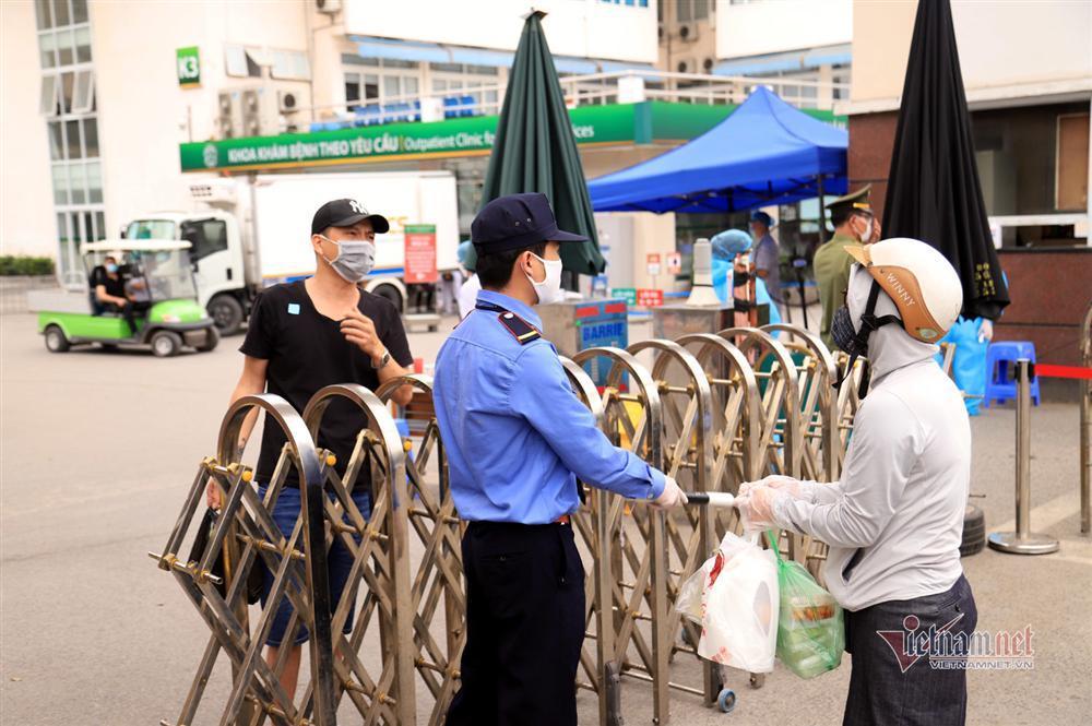 Bị từ chối tiếp tế, cố đưa đồ qua khe cổng bệnh viện Bạch Mai-9