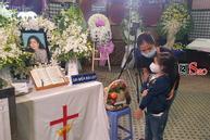 Con gái Mai Phương chăm chú nhìn mẹ lần cuối, nghẹn đắng với khoảnh khắc sinh ly tử biệt