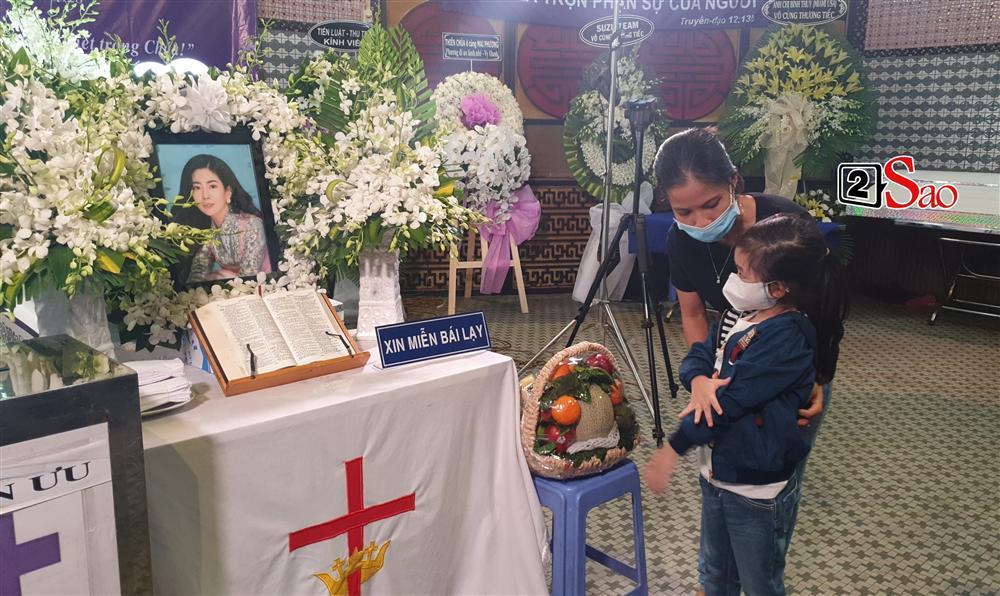 Con gái Mai Phương chăm chú nhìn mẹ lần cuối, nghẹn đắng với khoảnh khắc sinh ly tử biệt-2