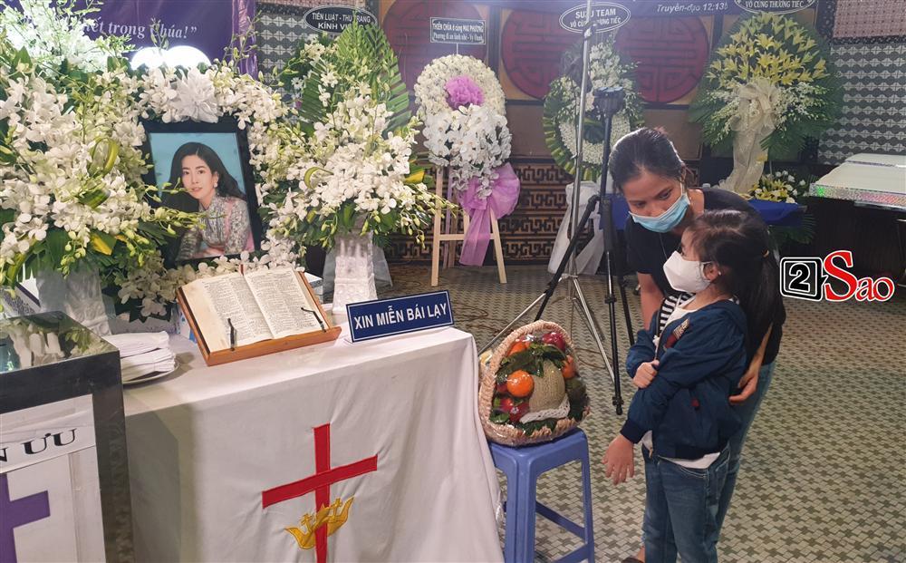 Con gái Mai Phương chăm chú nhìn mẹ lần cuối, nghẹn đắng với khoảnh khắc sinh ly tử biệt-3