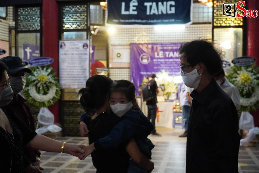 Con gái Mai Phương chăm chú nhìn mẹ lần cuối, nghẹn đắng với khoảnh khắc sinh ly tử biệt-6