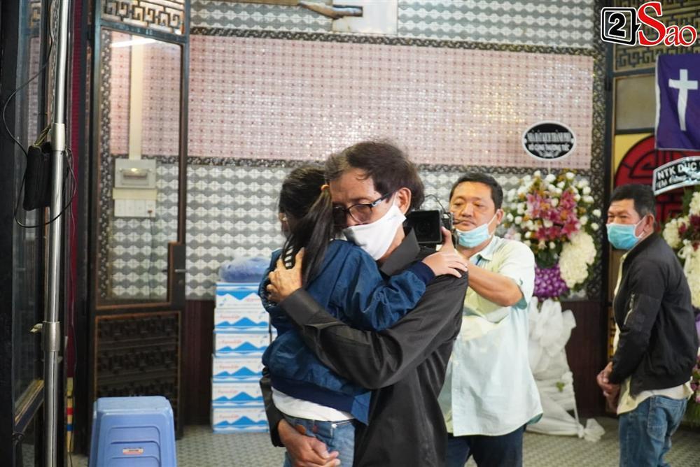 Con gái Mai Phương chăm chú nhìn mẹ lần cuối, nghẹn đắng với khoảnh khắc sinh ly tử biệt-9