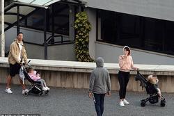 C.Ronaldo bị chỉ trích vì không đeo khẩu trang khi đưa con đi dạo