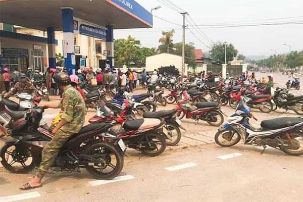 Hàng trăm người dân đổ xô đi mua xăng-1