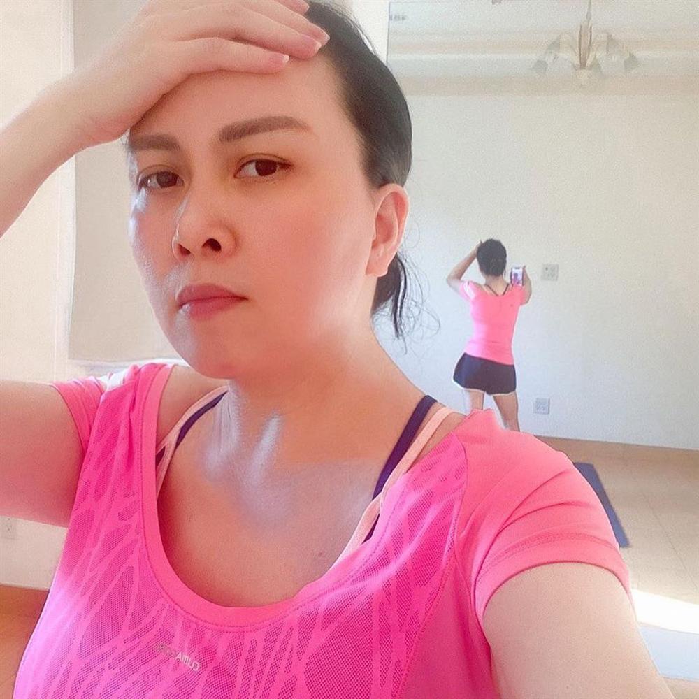 Phượng Chanel để lộ cả vòng 3 khi tập thể dục tại nhà mùa dịch-2