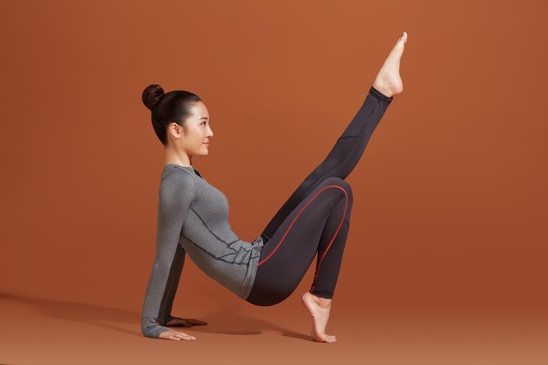 Phượng Chanel để lộ cả vòng 3 khi tập thể dục tại nhà mùa dịch-5