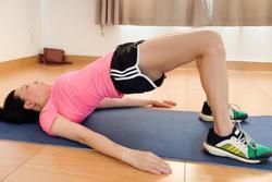 Phượng Chanel để lộ cả vòng 3 khi tập thể dục tại nhà mùa dịch