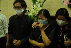 Mẹ Mai Phương bật khóc khi thi thể con gái được đưa vào hỏa thiêu