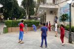 Trong khu cách ly, các y bác sĩ bệnh viện Bạch Mai tích cực rèn luyện sức khỏe bằng cách chạy bộ, đá cầu