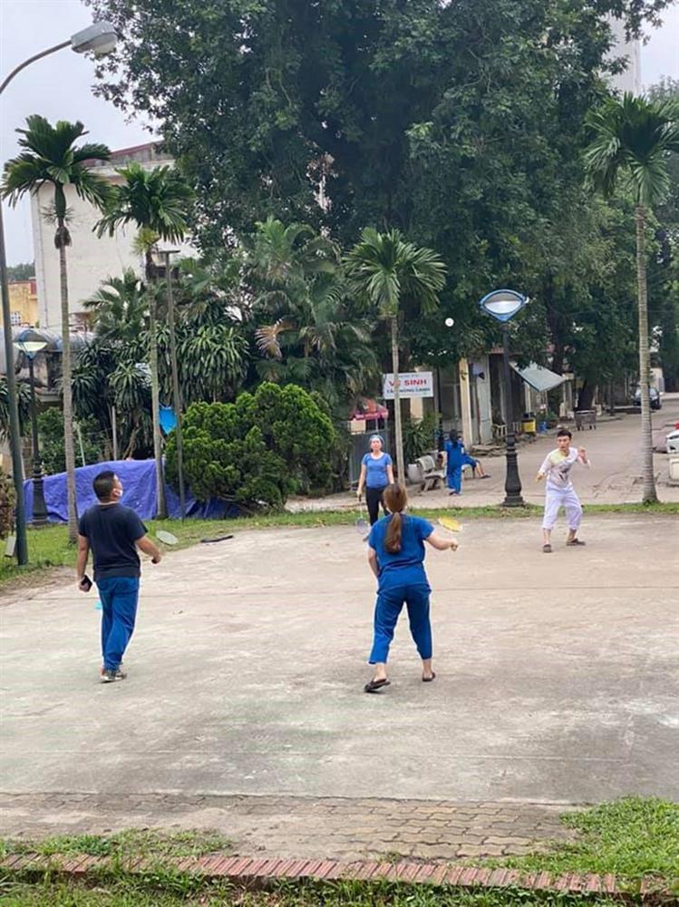 Trong khu cách ly, các y bác sĩ bệnh viện Bạch Mai tích cực rèn luyện sức khỏe bằng cách chạy bộ, đá cầu-2
