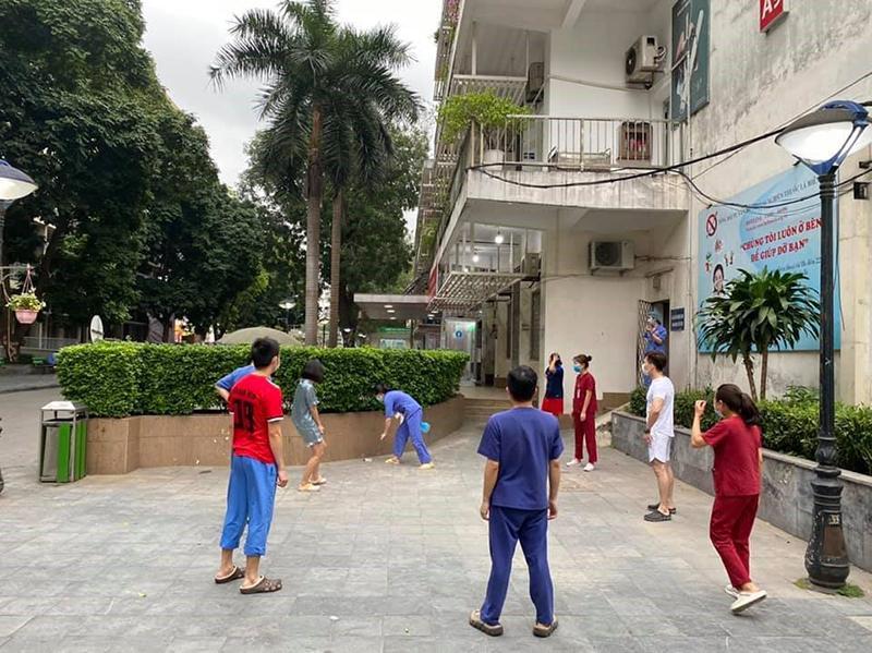 Trong khu cách ly, các y bác sĩ bệnh viện Bạch Mai tích cực rèn luyện sức khỏe bằng cách chạy bộ, đá cầu-3
