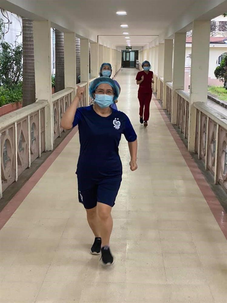Trong khu cách ly, các y bác sĩ bệnh viện Bạch Mai tích cực rèn luyện sức khỏe bằng cách chạy bộ, đá cầu-4