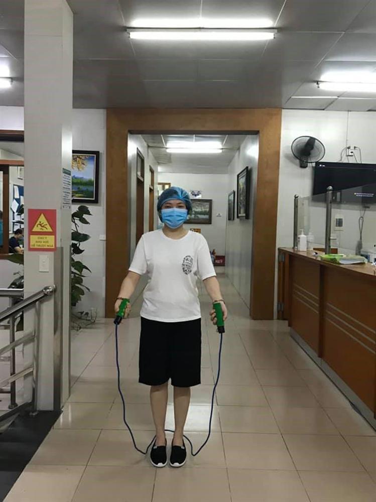 Trong khu cách ly, các y bác sĩ bệnh viện Bạch Mai tích cực rèn luyện sức khỏe bằng cách chạy bộ, đá cầu-5