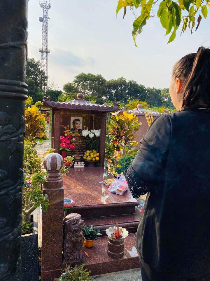 Viếng mộ Anh Vũ, NSND Hồng Vân gửi gắm tâm nguyện: Hãy tìm và che chở, bảo vệ Mai Phương-1