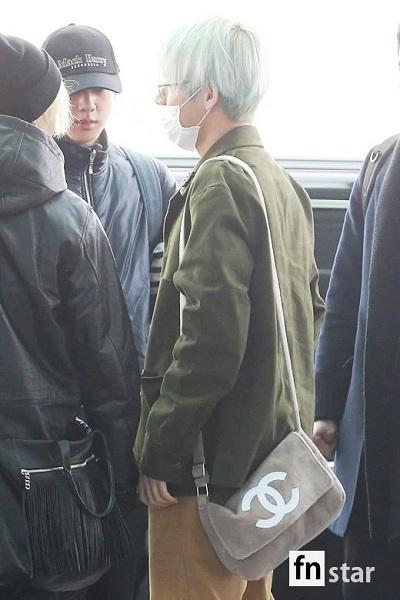 BTS thể hiện gu thời trang nơi phi trường: Đẳng cấp diện túi hàng hiệu đắt xắt ra miếng-2