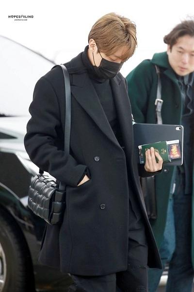 BTS thể hiện gu thời trang nơi phi trường: Đẳng cấp diện túi hàng hiệu đắt xắt ra miếng-4