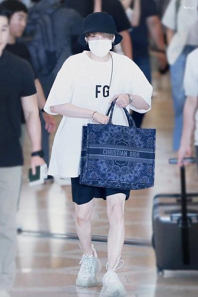 BTS thể hiện gu thời trang nơi phi trường: Đẳng cấp diện túi hàng hiệu đắt xắt ra miếng-8