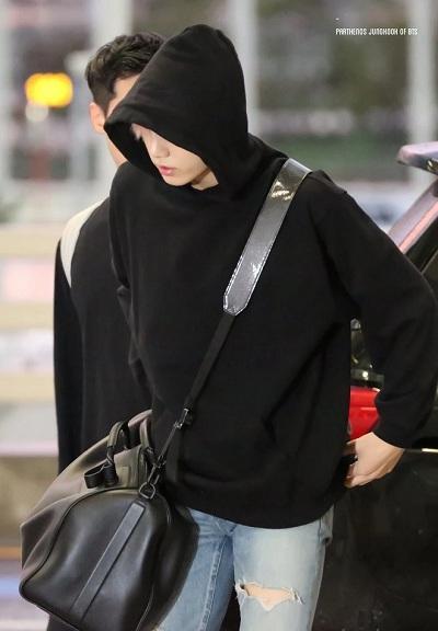 BTS thể hiện gu thời trang nơi phi trường: Đẳng cấp diện túi hàng hiệu đắt xắt ra miếng-9