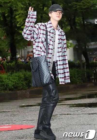 BTS thể hiện gu thời trang nơi phi trường: Đẳng cấp diện túi hàng hiệu đắt xắt ra miếng-14