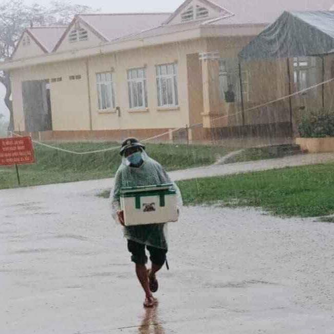 Người lính đội mưa, bê lương thực tiếp tế cho người cách ly-1