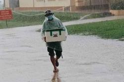 Người lính đội mưa, bê lương thực tiếp tế cho người cách ly