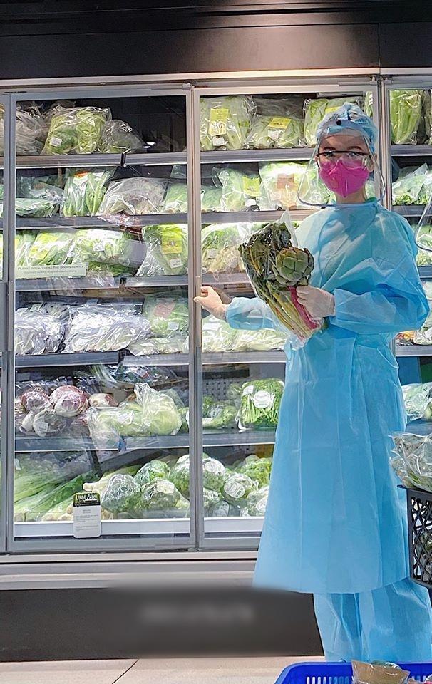 Angela Phương Trinh mặc full set đồ bảo hộ phòng dịch đi siêu thị mua đồ chuẩn bị 15 ngày cách ly-1