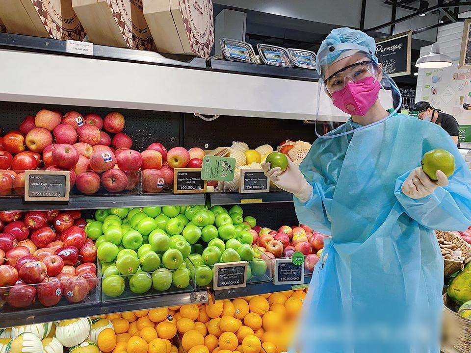 Angela Phương Trinh mặc full set đồ bảo hộ phòng dịch đi siêu thị mua đồ chuẩn bị 15 ngày cách ly-4