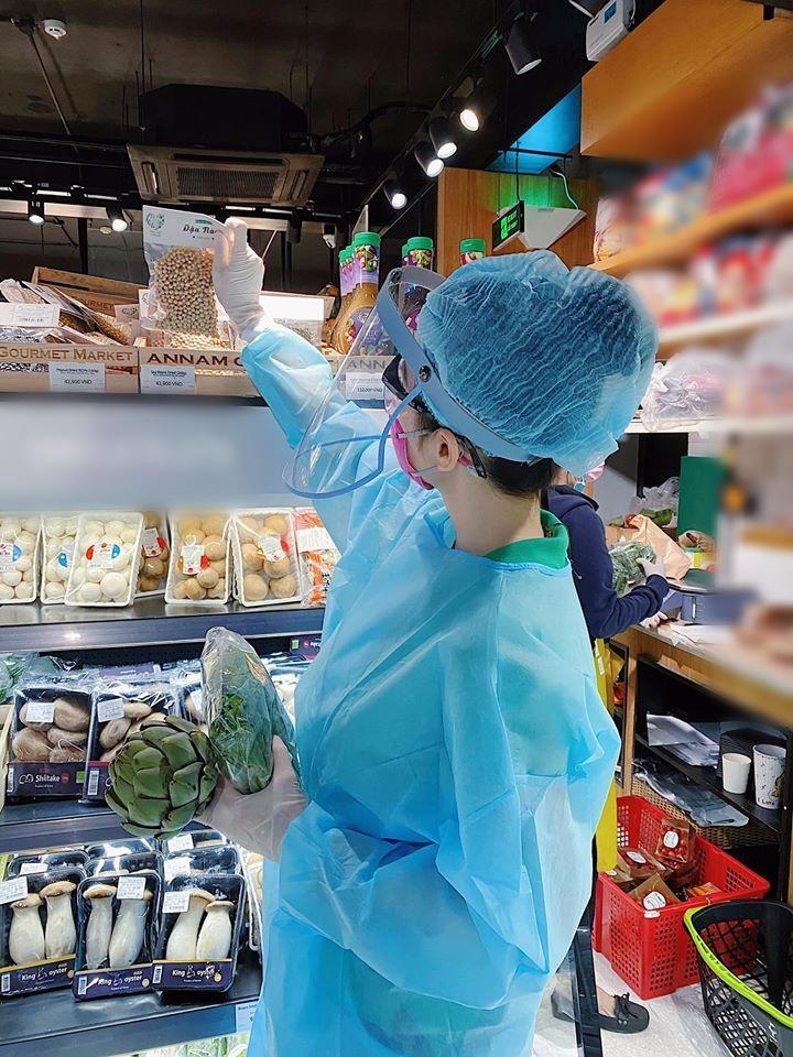 Angela Phương Trinh mặc full set đồ bảo hộ phòng dịch đi siêu thị mua đồ chuẩn bị 15 ngày cách ly-3
