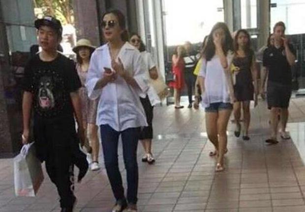 Con trai riêng của chồng Triệu Vy lần đầu lộ mặt: Có ai ngờ đẹp trai quá đẹp trai-2
