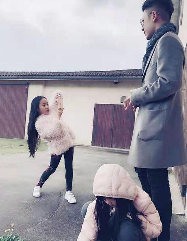 Con trai riêng của chồng Triệu Vy lần đầu lộ mặt: Có ai ngờ đẹp trai quá đẹp trai-4