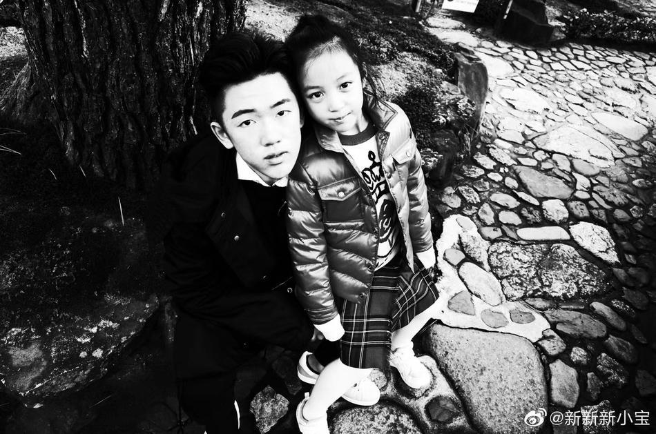 Con trai riêng của chồng Triệu Vy lần đầu lộ mặt: Có ai ngờ đẹp trai quá đẹp trai-1