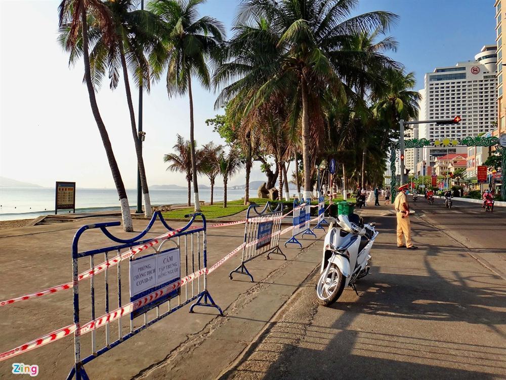 Bãi biển Nha Trang vắng bóng người sau khi được chăng dây, chặn lối-2