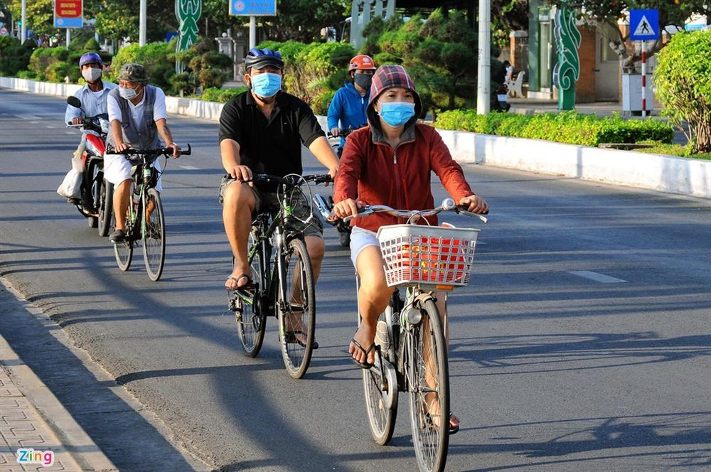 Bãi biển Nha Trang vắng bóng người sau khi được chăng dây, chặn lối-4