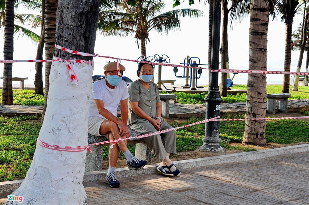 Bãi biển Nha Trang vắng bóng người sau khi được chăng dây, chặn lối-5
