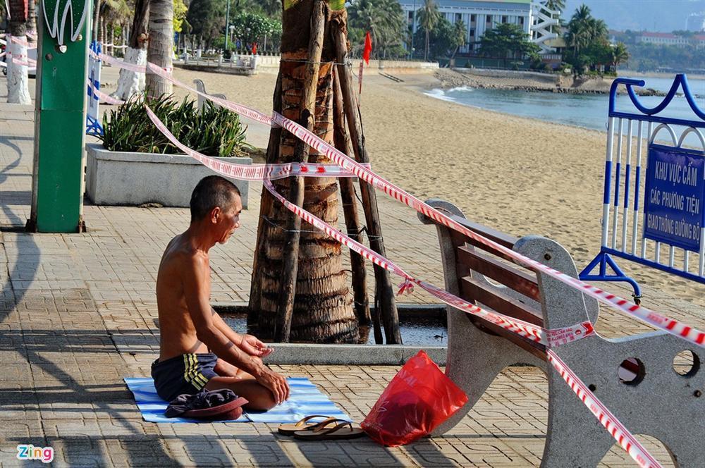 Bãi biển Nha Trang vắng bóng người sau khi được chăng dây, chặn lối-6