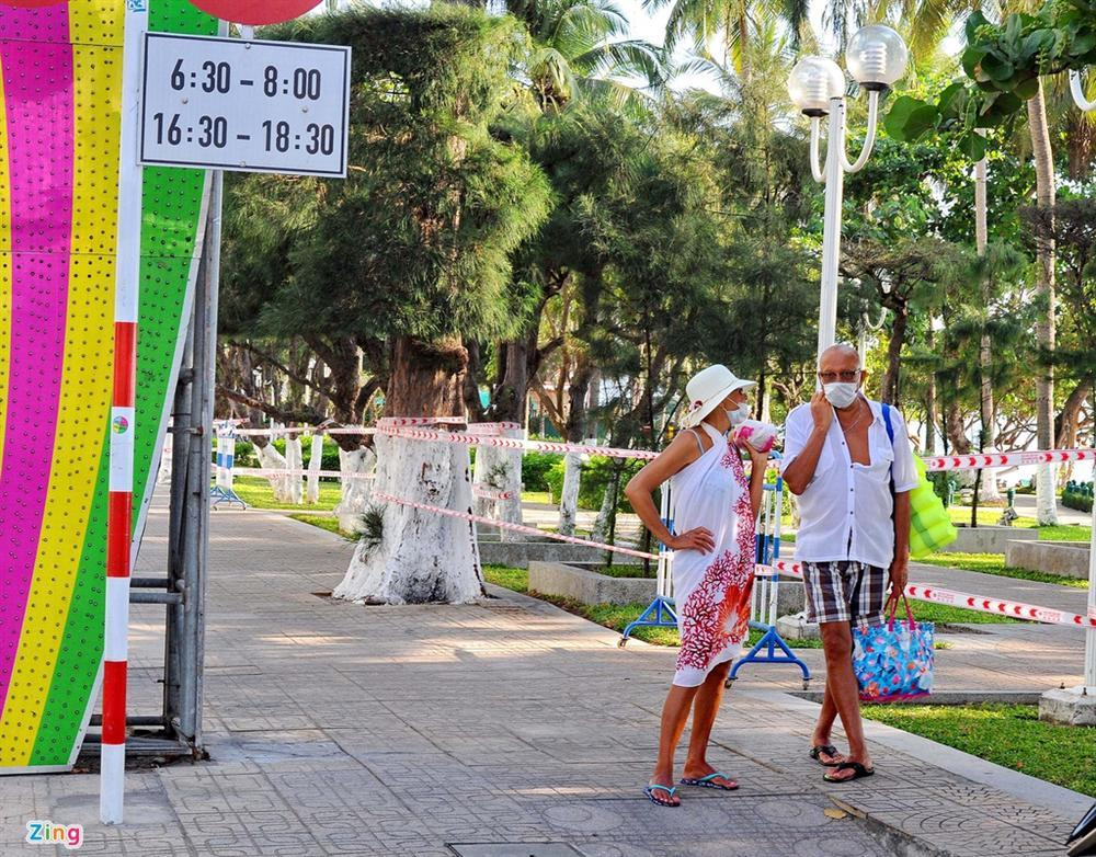 Bãi biển Nha Trang vắng bóng người sau khi được chăng dây, chặn lối-7